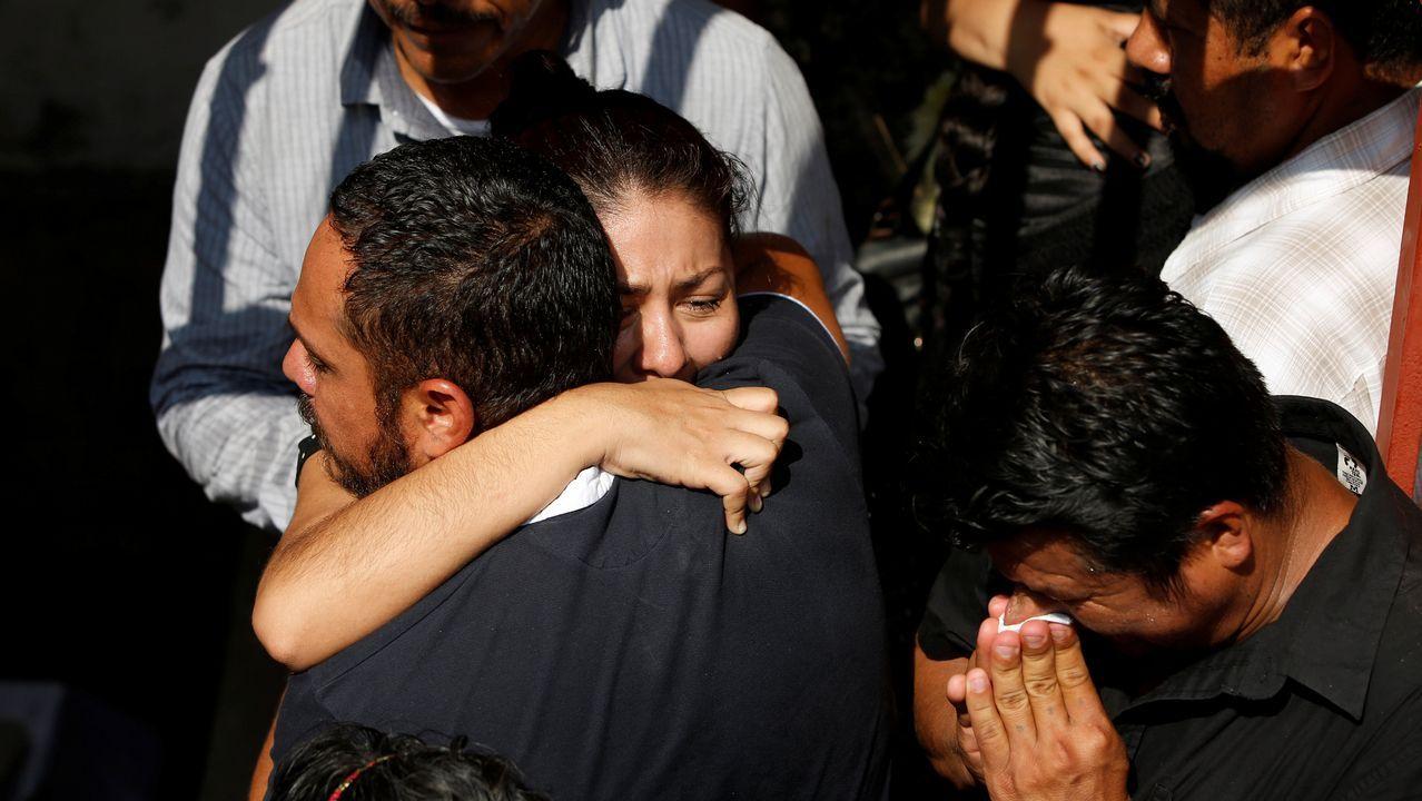 Funerales en la ciudad mexicana de Juchitán por las víctimas del terremoto.Arturo Elias ondea una bandera en el Carlos Tartiere