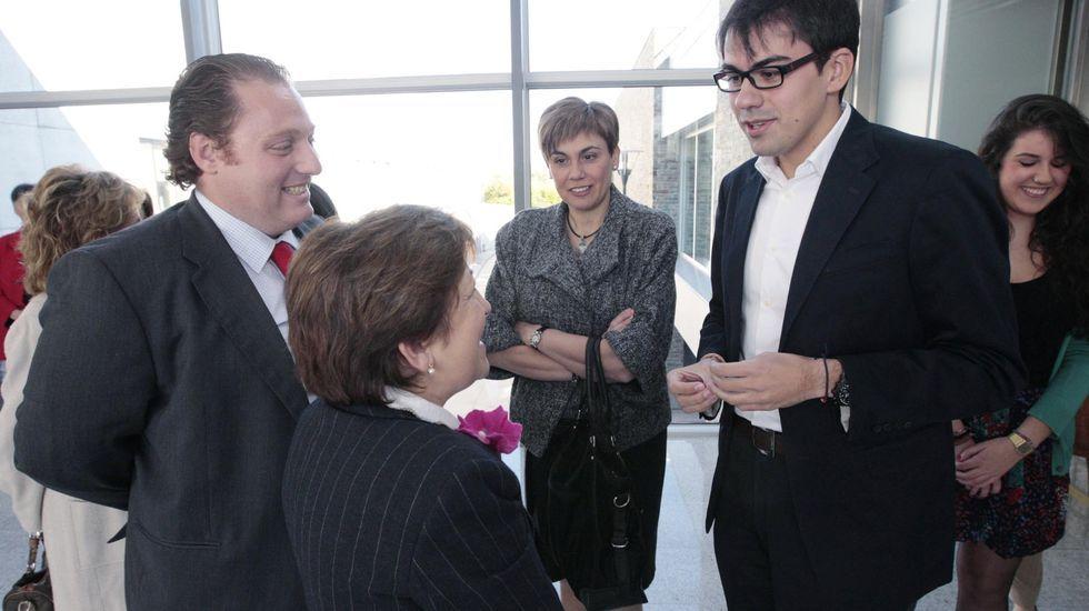 El 25 aniversario. El director del hospital en el 2011, Benigno Pérez, y la entonces conselleira de Sanidade, Pilar Farjas, charlan en la conmemoración del 25 aniversario con Pablo Santomé, el primer bebé nacido en el hospital de Monforte en 1985, y su madre