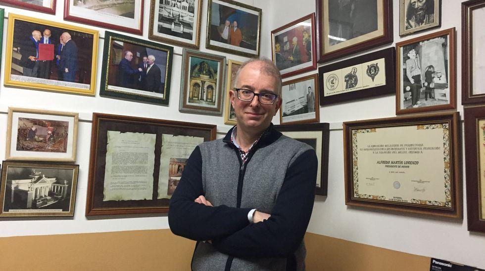 El profesor Alfredo Martín, rodeado de recuerdos, en una imagen tomada en la Orden Tercera