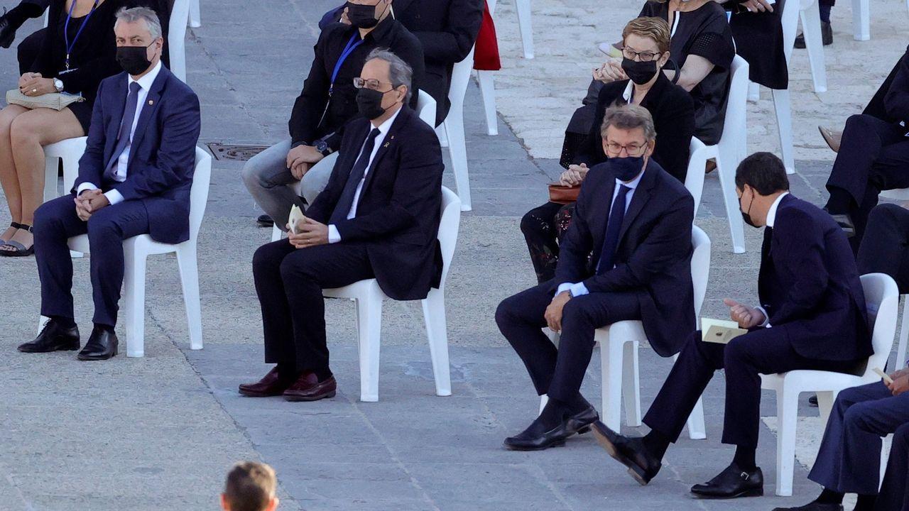 El presidente de la Xunta, Alberto Núñez Feijóo, sentado al lado de Torra, charla con Juanma Moreno