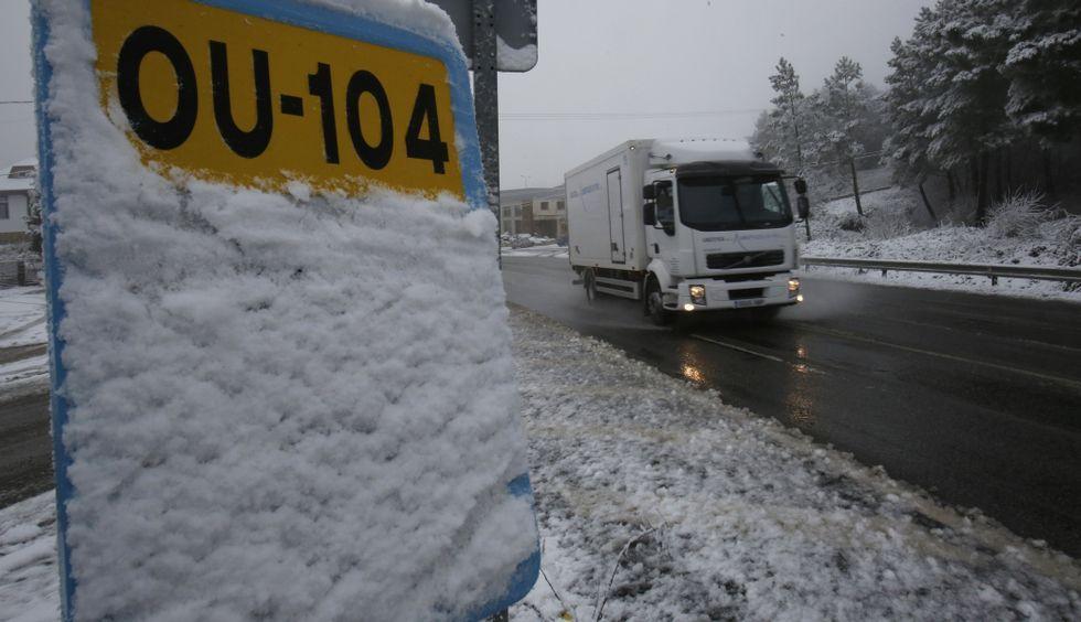 Copiosas nevadas en las últimas horas.Aunque nevó, el principal problema en las carreteras ourensanas lo ocasionaron las heladas.