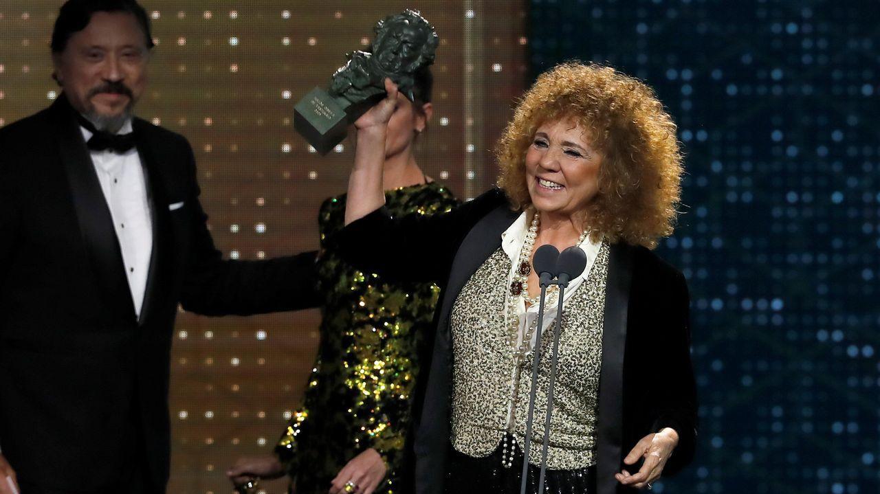 La diseñadora Sonia Grande tras recibir el premio a  Mejor diseño de vestuario  por su trabajo en  Mientras dure la guerra , durante la gala de los Premios Goya 2020 que se celebra hoy sábado en el Palacio de los Deportes José María Martín Carpena, en Málaga. EFE/Chema Moya.