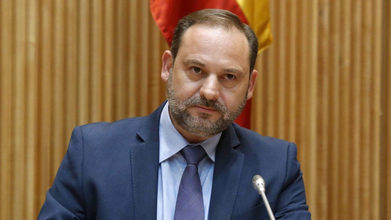 Antonio Lanchares, en el centro, antes de declarar por el accidente del Alvia