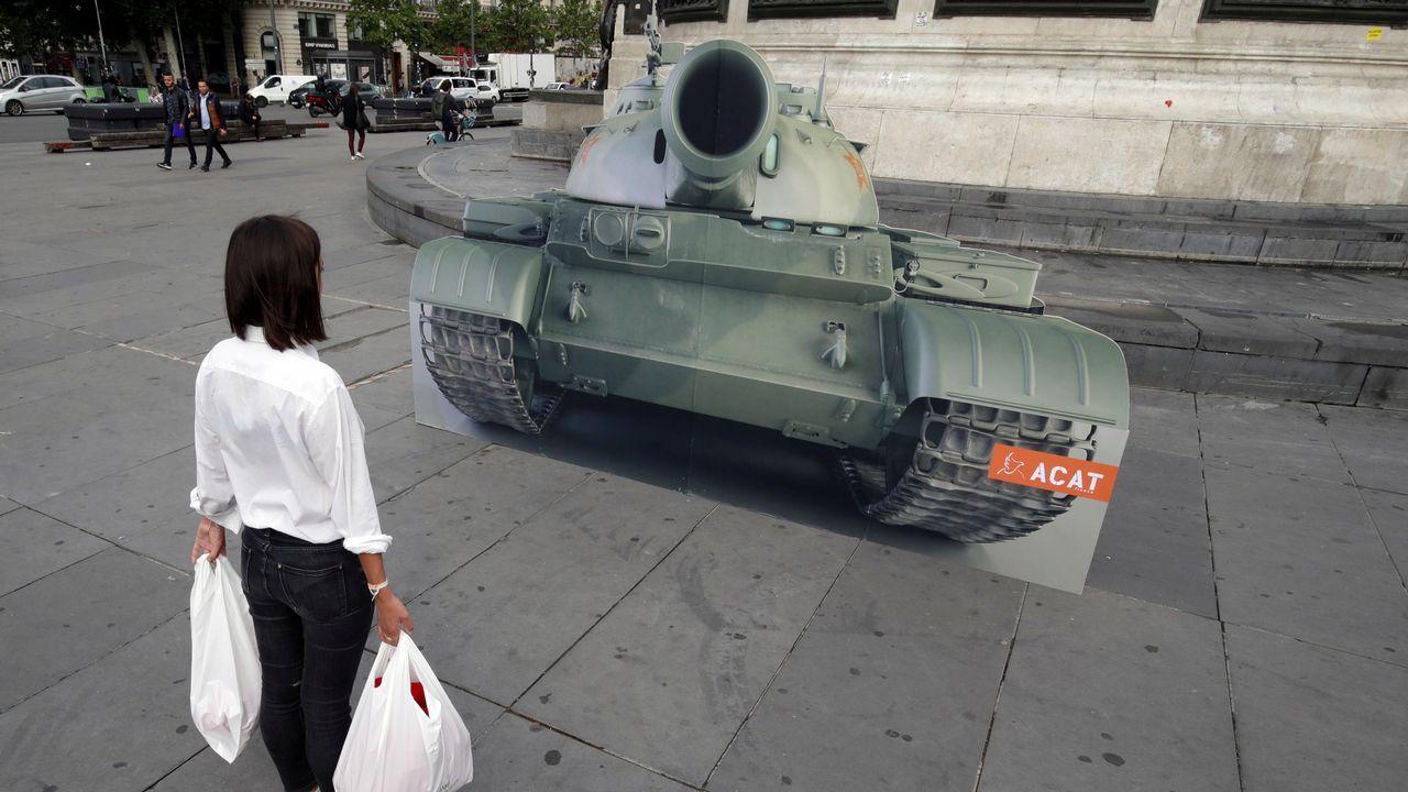 Una mujer observa un tanque colocado en la plaza de la República de París en conmemoración de la matanza de Tiananmen