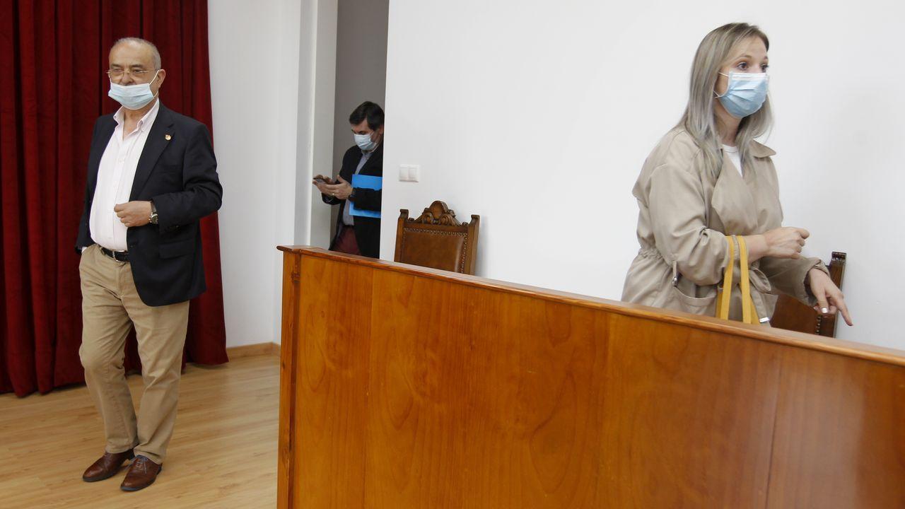 Zaida Rodríguez, Cristina Cid y Luz Doporto, en el salón de pleno de Allariz