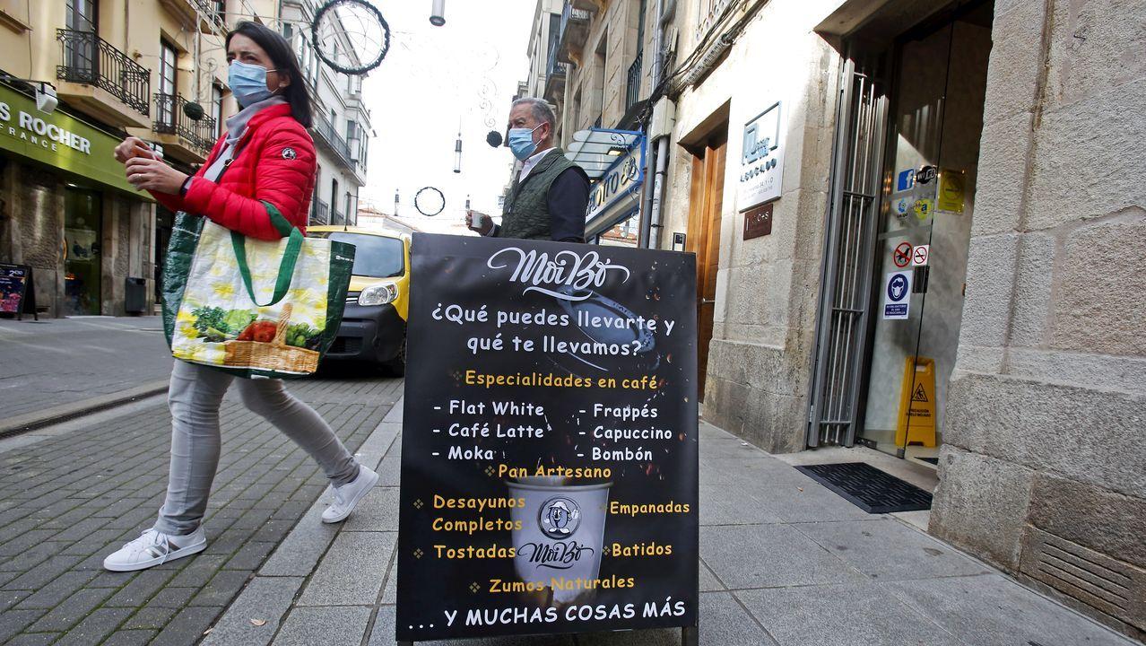 Gente portando mascarillas por las calles de Pontevedra