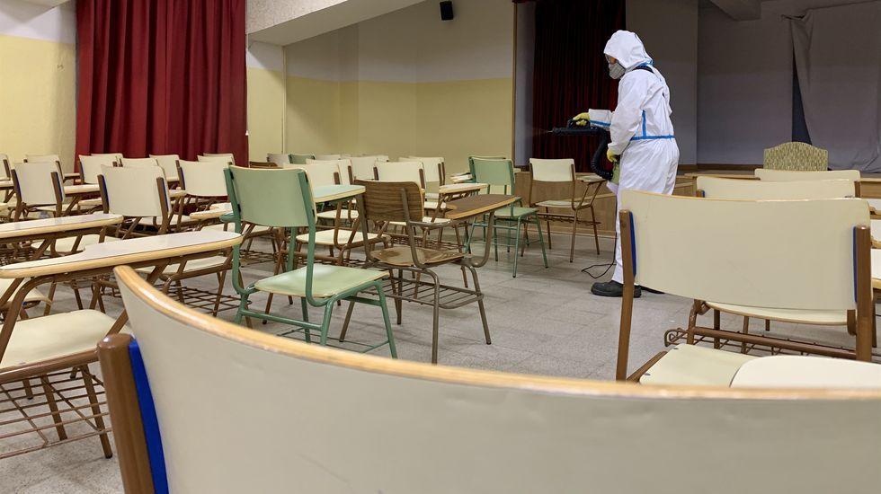 Desinfección de un salón de actos de un centro educativo